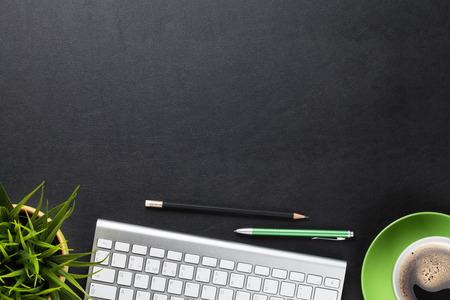 컴퓨터, 꽃과 커피 컵 사무실 가죽 책상 테이블. 복사 공간 상위 뷰