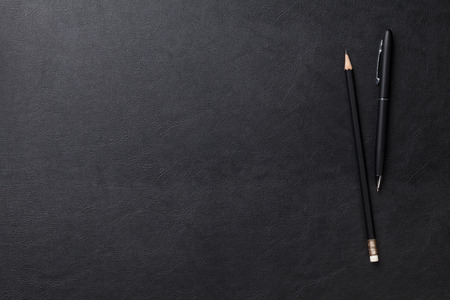 Kancelářské kožené stůl stůl s perem a tužkou. Pohled shora s kopií vesmíru Reklamní fotografie
