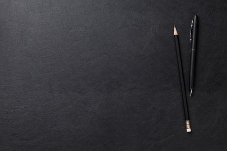 boligrafos: Mesa escritorio de cuero de la oficina con la pluma y lápiz. Vista superior con espacio de copia