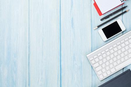 オフィス用品、スマート フォン、コンピューター デスク テーブル。コピー スペース平面図 写真素材 - 42663679