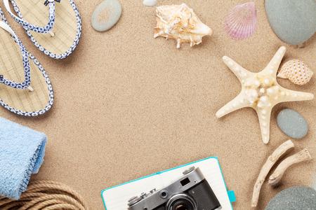 Reizen en vakantie achtergrond met items over zee zand. Bovenaanzicht met een kopie ruimte