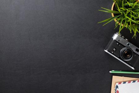 花、カメラ用品とオフィス革デスク テーブル。コピー スペース平面図 写真素材