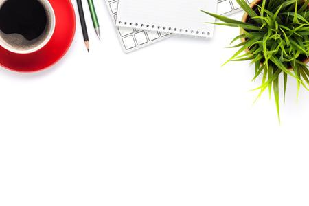 Psací stůl stůl s počítačem, zásoby, šálek kávy a květin. Samostatný na bílém pozadí. Horní pohled s kopií vesmíru