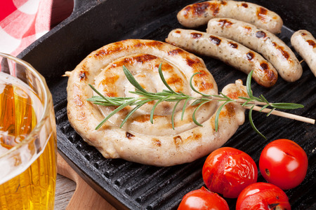 saucisse: Saucisses grillées et chope de bière