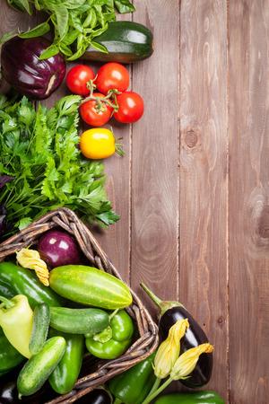 trompo de madera: Agricultores hortalizas frescas en la mesa de madera. Vista superior con espacio de copia Foto de archivo