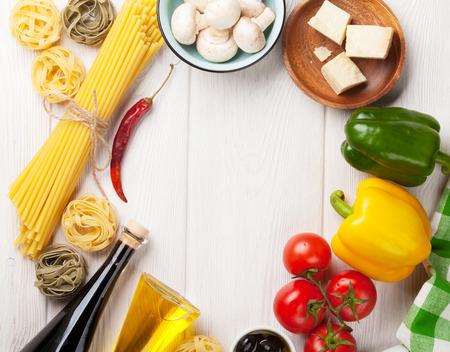 alimentos saludables: Ingredientes para cocinar la comida italiana. Pasta, tomates, pimientos. Vista superior con espacio de copia Foto de archivo