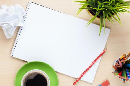 papeles oficina: Mesa escritorio de oficina con los suministros, la taza de caf� y flor. Vista superior con espacio de copia