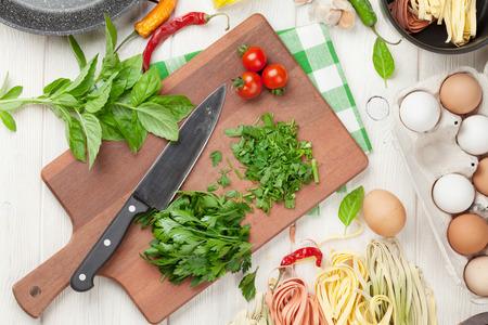 cooking healthy: Ingredientes para cocinar Pasta y utensilios de mesa de madera. Vista superior Foto de archivo