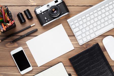 경치: 공급 장치, 카메라와 빈 카드와 함께 사무실 책상. 복사 공간 상위 뷰