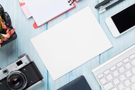전망: 공급 장치, 카메라와 빈 카드와 함께 사무실 책상. 복사 공간 상위 뷰