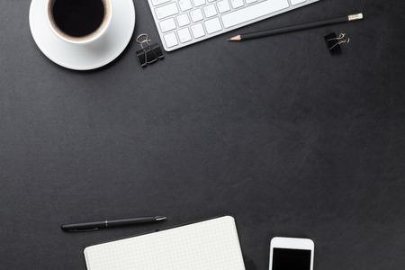 Kancelářské kožené stůl stůl s počítačem, zásoby a šálek kávy. Pohled shora s kopií vesmíru
