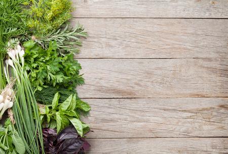 perejil: Hierbas frescas del jardín en la mesa de madera. Vista superior con espacio de copia