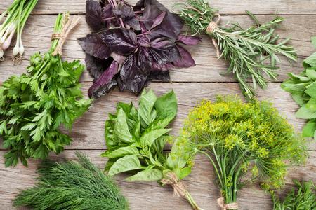 cebolla: Hierbas frescas del jardín en la mesa de madera. Vista superior