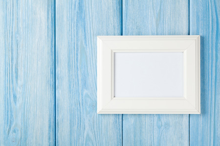 bordes decorativos: Marco de fotos en la pared de madera azul con copia espacio Foto de archivo
