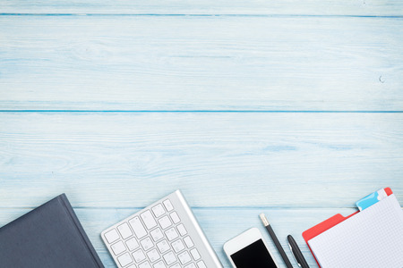 オフィス用品、スマート フォン、コンピューター デスク テーブル。コピー スペース平面図