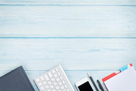공급, 스마트 폰과 컴퓨터와 사무실 책상 테이블. 복사 공간 상위 뷰