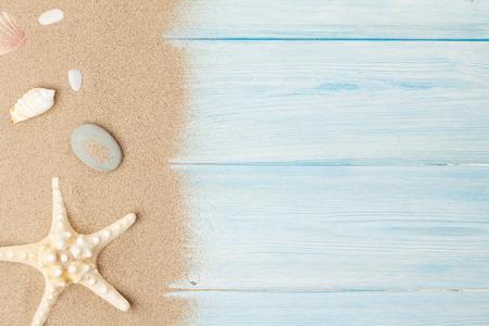나무 테이블에 불가사리와 조개와 바다 모래. 복사 공간 상위 뷰 스톡 콘텐츠