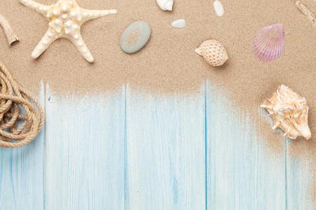 Arena de mar con estrellas de mar y conchas en la mesa de madera. Vista superior con espacio de copia Foto de archivo - 43705069