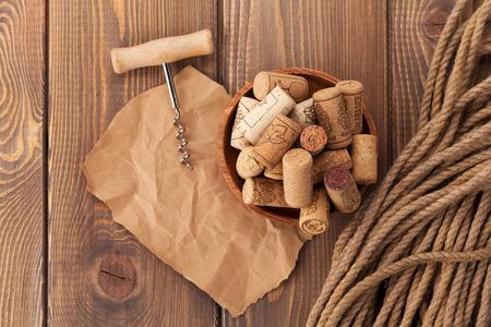 madera r�stica: corchos de vino y sacacorchos m�s r�stica mesa de madera de fondo Foto de archivo
