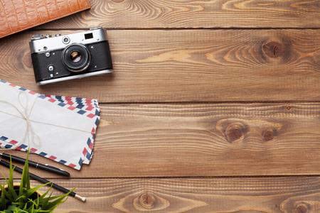 tabulka: Fotoaparát a zásoby na kancelářské dřevěné desce stolu. Pohled shora s kopií vesmíru Reklamní fotografie
