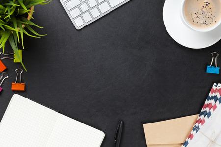 sobres para carta: Mesa escritorio de cuero de la oficina con el ordenador, los suministros, la taza de café y flor. Vista superior con espacio de copia