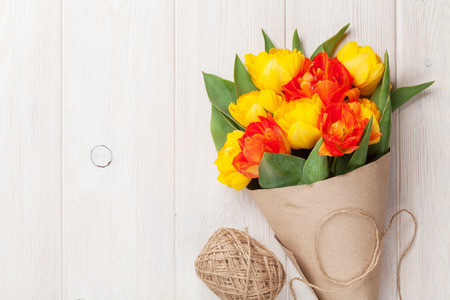 bouquet fleur: Colorful tulips over wooden table background with copy space Banque d'images