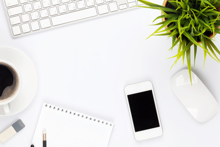 myszy: Siedziba stół biurko z komputera, dostaw, kwiat i filiżanki kawy. Widok z góry z miejsca na kopię Zdjęcie Seryjne