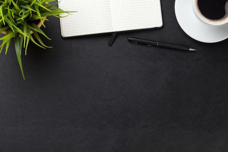papeles oficina: Mesa escritorio de cuero de la oficina con los suministros, la taza de caf� y flor. Vista superior con espacio de copia