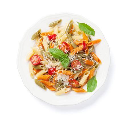 Kleurrijke penne pasta met tomaten en basilicum. Geïsoleerd op witte achtergrond
