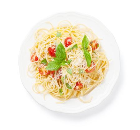 Špagety těstoviny s rajčaty a bazalkou. Na bílém pozadí