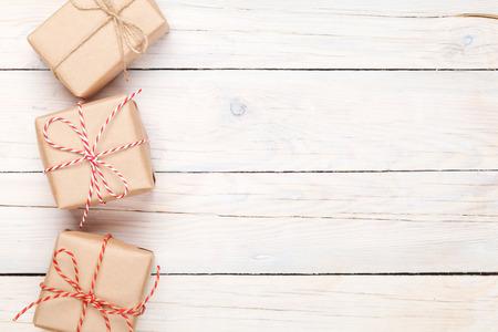 cajas navide�as: Cajas de regalo en el fondo de la tabla de madera con espacio de copia Foto de archivo