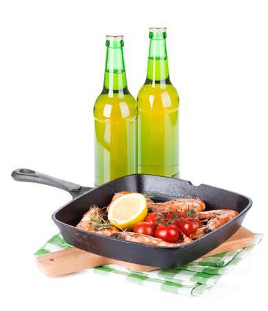 camaron: Camarones en la parrilla sartén y cerveza. Aislado en el fondo blanco
