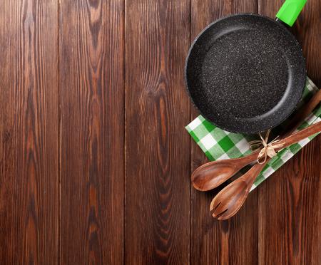 trompo de madera: Cocinar utensilio de mesa de madera. Vista superior con espacio de copia