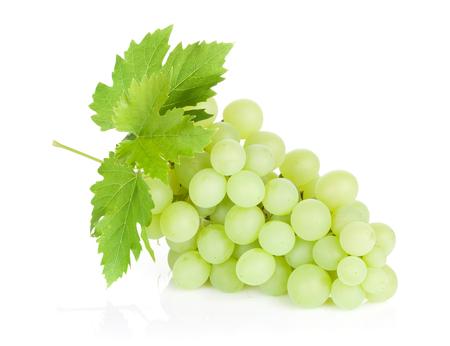 uvas: Racimo de uvas con hojas. Aislado en el fondo blanco