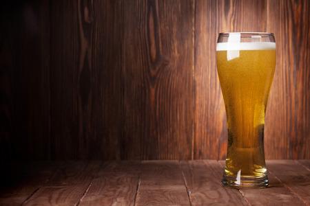 Lager vaso de cerveza en la mesa de madera. Ver con copia espacio Foto de archivo - 44875046