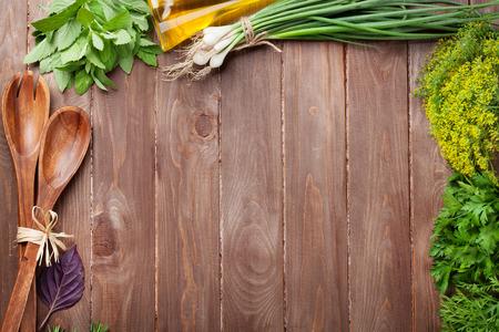 木製のテーブルに新鮮な庭のハーブ。コピー スペース平面図 写真素材