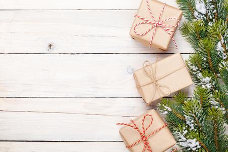 neige noel: Sapin de No�l avec de la neige et bo�tes-cadeau � bord en bois rustique avec copie espace