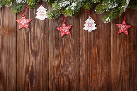 tree  pine: �rbol de Navidad con decoraci�n en la mesa de madera. Ver con espacio de copia