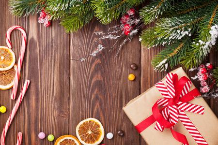 크리스마스 나무 배경과 눈이 전나무 트리, 장식 및 선물 상자 스톡 콘텐츠