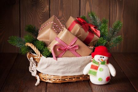 canestro basket: scatole regalo di Natale e abete nel cestino con pupazzo di neve giocattolo