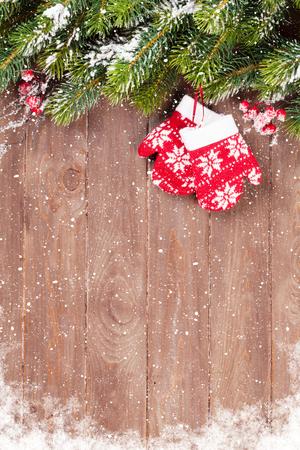 albero da frutto: Natale fondo in legno con neve abete e guanti