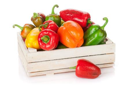 verduras verdes: Frescos coloridos pimientos en la caja. Aislado en el fondo blanco