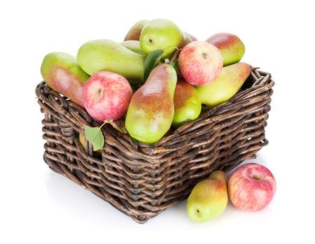 pera: Peras y manzanas en la cesta. Aislado en el fondo blanco