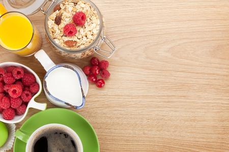 뮤 즐리, 딸기, 오렌지 주스, 커피, 크로 홍삼 아침 식사. 복사 공간이 나무 테이블 위에서 볼 스톡 콘텐츠