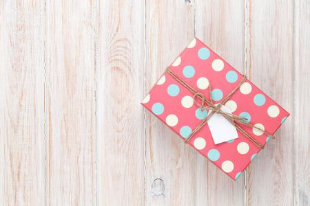 sorpresa: Caja de regalo de la vendimia sobre mesa de madera blanca. Vista superior con espacio de copia