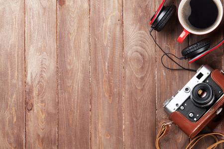 旅行やリゾートのもののセットです。木製テーブルの上のカメラ、ヘッドフォン、コーヒー カップ。コピー スペース平面図 写真素材 - 45491744