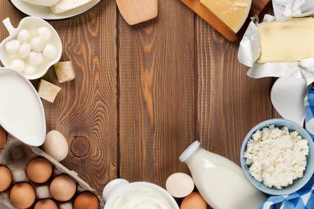 huevo: Productos l�cteos en la mesa de madera. Leche, queso, huevos, reques�n y mantequilla. Vista superior con espacio de copia