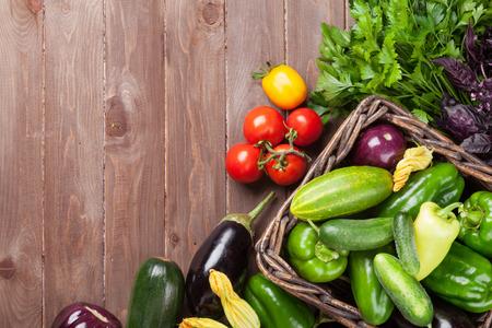 Verse boeren tuin groenten en kruiden op houten tafel. Bovenaanzicht met een kopie ruimte Stockfoto