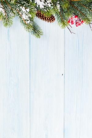 クリスマス雪モミの木と木製の背景。コピー スペースを表示します。 写真素材