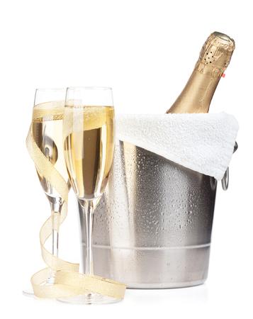 brindisi spumante: Bottiglia di Champagne in un secchio di ghiaccio, due bicchieri e decorazioni di Natale. Isolato su sfondo bianco